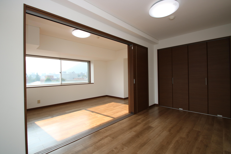 長野市南長野諏訪町で販売中のリフォーム・リノベーション済み中古マンションのリビング・洋室を一緒にできます。